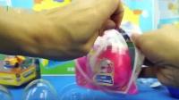 变形警车珀利:卡尔叔叔变成机器人后呆在一个小鸡蛋盒子里.mp4