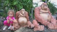 萌娃小可爱模仿大猩猩的动作可真滑稽!小家伙嘟着嘴巴的样子真是萌萌哒!