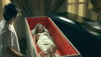 鬼三惊:小伙守灵发生怪事,打开一个棺木,旁边的棺木撞了过来.mp4