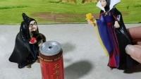 白雪和王子给妈妈准备了生日礼物,王后却想伤害白雪,实在过分!