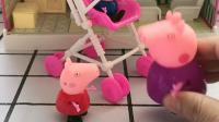 佩奇推着乔治玩,猪奶奶怕她把乔治推倒,不让佩奇跟乔治玩