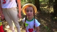 萌娃小可爱们和妈妈一起去丛林探险,遇到了好多有趣的动物,萌娃:这是梅花鹿!