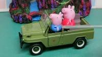 乔治的车半路没油了,路过的小汽车都有任务,乔治佩奇等待救援中