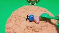 大头要在沙子里找宝藏,结果他发现了好几个乔治,谁才是真的乔治