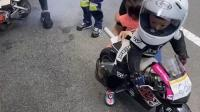 外国萌娃小骑士玩卡丁车,身穿骑士服实在是太帅了,有种霸气王者风范!