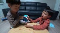 小伶玩具:鲨鱼嘴里钓小鱼!一起来玩惊现的小心鲨鱼吧! 第4集
