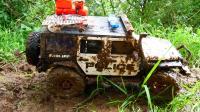 肮脏的警车在泥泞中越野