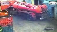 监控实拍:卧槽!油罐车这是怎么了 司机吓尿了...