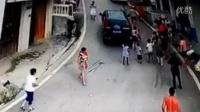 监控实拍:越野车转弯瞬间 恐怖一幕惊呆了...