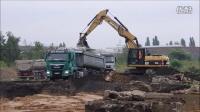 卡特彼勒323D挖掘机装车