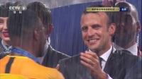 大雨浇不灭我们的喜悦 法国全队接受冠军奖牌
