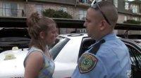 休斯顿警察对付偷盗的女嫌疑犯.