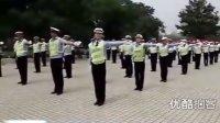 【拍客】实拍甩葱歌版交通警察手势