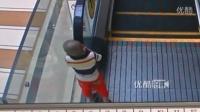 [拍客]监拍两岁男童独自乘电梯 趴上扶手从一楼坠至负一楼