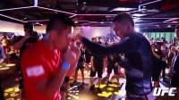 当UFC冠军霍洛维和李景亮空降健身房成了你的搏击课教练