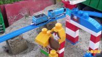 托马斯和佩尔西玩具 给他们搭建桥梁轨道沙堆上玩
