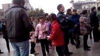 【拍客】春运火车站人潮中现成群小孩缠乘客职业要钱!