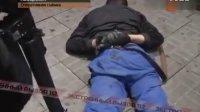 俄罗斯特警抓捕持枪抢劫超市劫匪 - 实在是太生猛了!