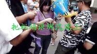 网友组织到小悦悦事故现场悼念...拍摄:黄富昌 制作:黄富昌