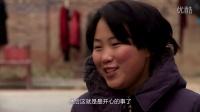 [郑州]女大学生带瘫痪母亲上学 打工养家头发花白