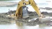 挖掘机工作视频挖掘机事故挖掘机工作中翻在河里在泥里在板车上,还不止一台车,心疼!