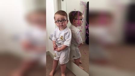 小宝宝欺骗妈妈说是蝙蝠侠做的!Facebook的感觉