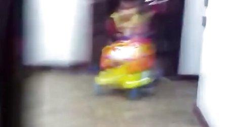 格格元旦推车行走视频。才九个月啊!