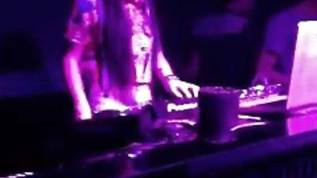 GIF快手女DJ Andy。