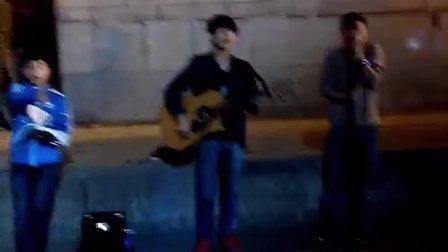 吉他弹唱  汪峰的《存在》  西安钟楼卖唱  赵凯昕 巩翔