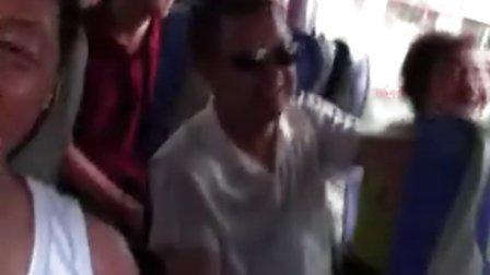 老拂晓的视频 (原创)2012-07月28日伊春旅游5/导游小姐在车上游客亙动游戏