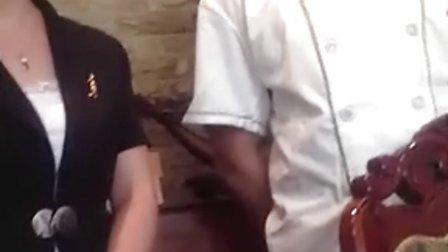济南怡佳园餐厅服务员现场吃苍蝇!
