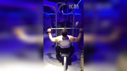 健身房里面这个器械很抢手。