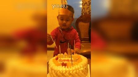趁爸爸没注意,替他吹蜡烛吃蛋糕!