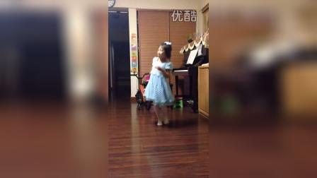 五岁女孩独演的舞台剧《爱丽丝梦游仙境》