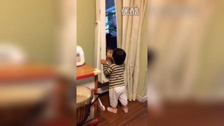 镜子里的小女孩真可爱,亲亲亲