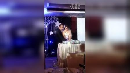 新郎與新娘切結婚蛋糕。
