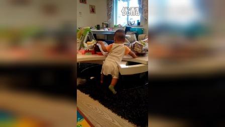 儿子陈泱睿之客厅餐桌被征服起身拿物(刚7个月)