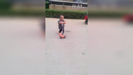小二雷----玩滑板