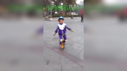 张昊霖骑独轮车