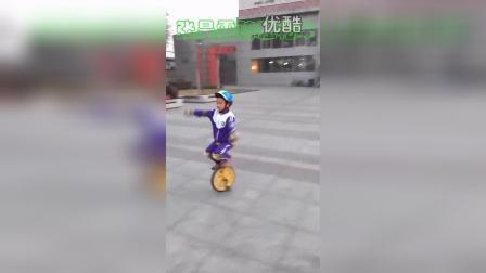 张昊霖单脚骑独轮车