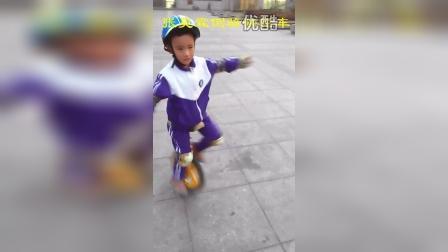 张昊霖倒骑独轮车