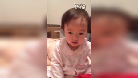 2014年12月20日,Julia 涵涵玩圣诞帽,自娱自乐