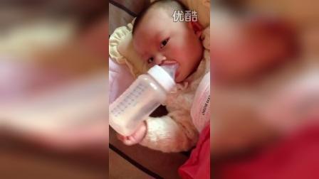 宝贝今天病情有好转 又可以一只手拿奶瓶了。o∩_∩o