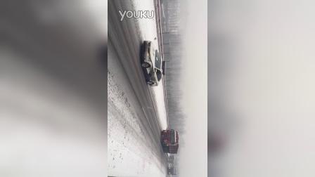 山西高速交警雪天带道通行