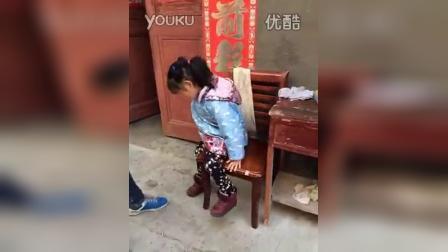 搞笑小孩穿鞋子大法
