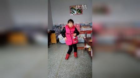 五岁小姑娘学跳<小苹果>广场舞