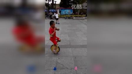 张昊霖在王串场公园玩独轮车10