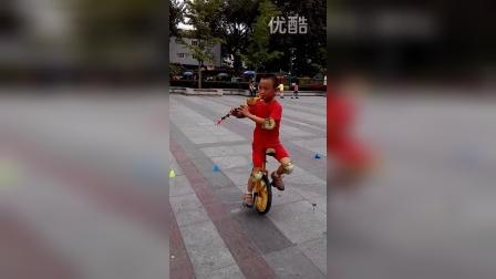 张昊霖在王串场公园玩独轮车9