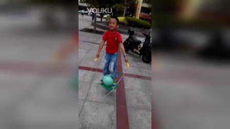 张昊霖玩跳跳球