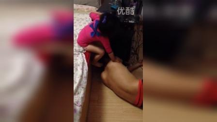 老爸喝醉睡地板,女儿暖心喊爸爸床上睡觉